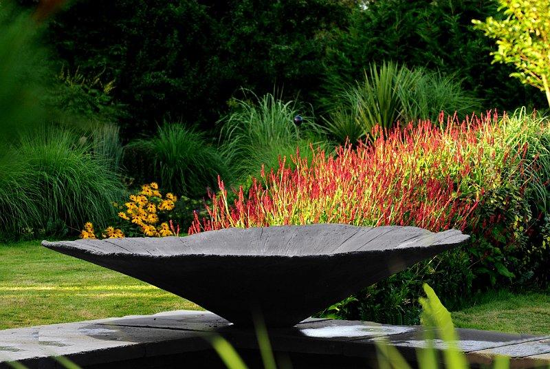 vasque au jardin contemporain et persicaria. Black Bedroom Furniture Sets. Home Design Ideas